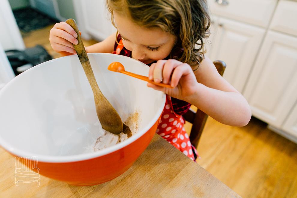 005-bellingham-family-lifestyle-photographer-katheryn-moran-kitchen-baking-pippin.jpg