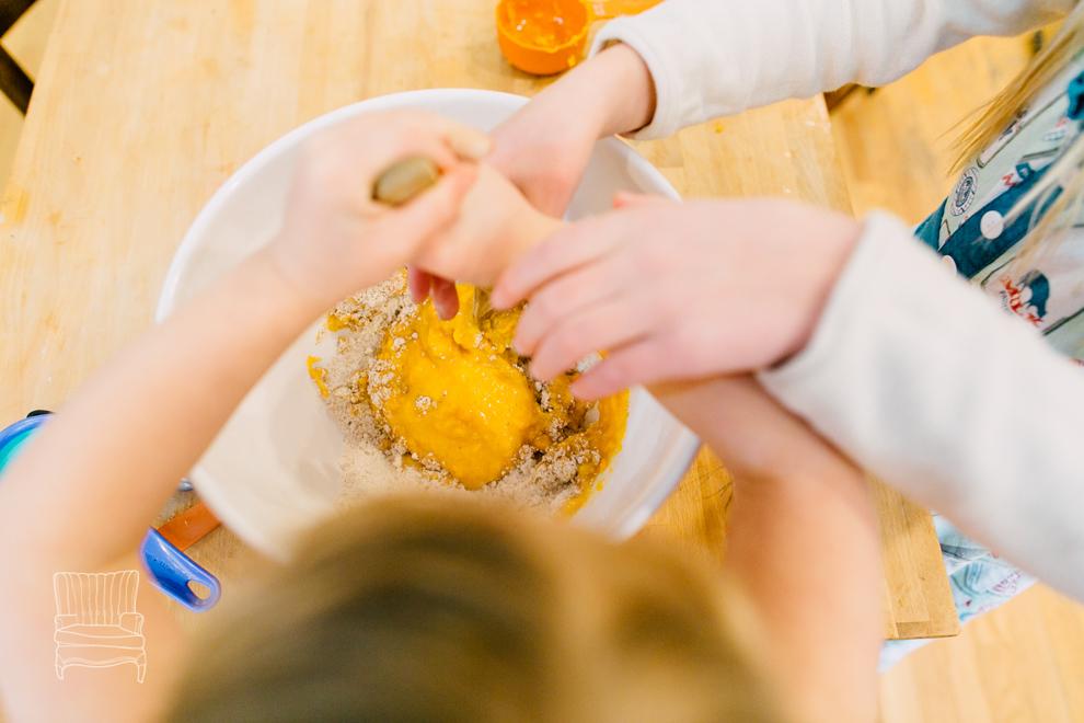 010-bellingham-family-lifestyle-photographer-katheryn-moran-kitchen-baking-pippin.jpg