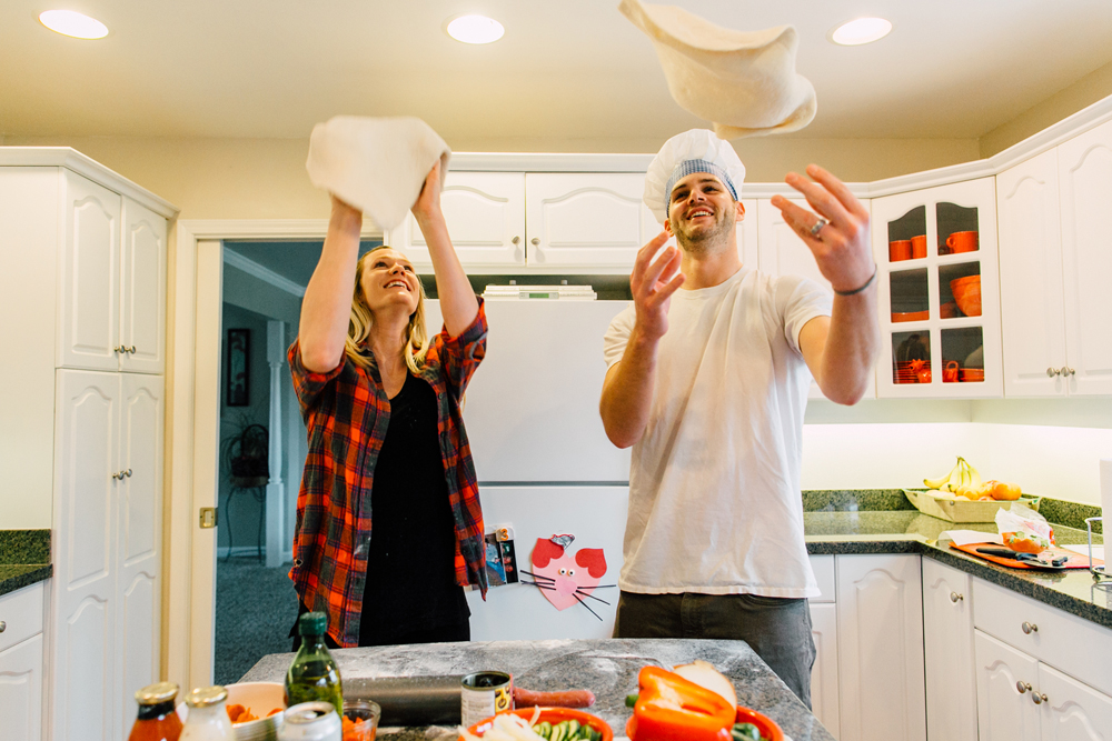 011-bellingham-lifestyle-photographer-katheryn-moran-pizza-baking-home-session-anna-rudy.jpg