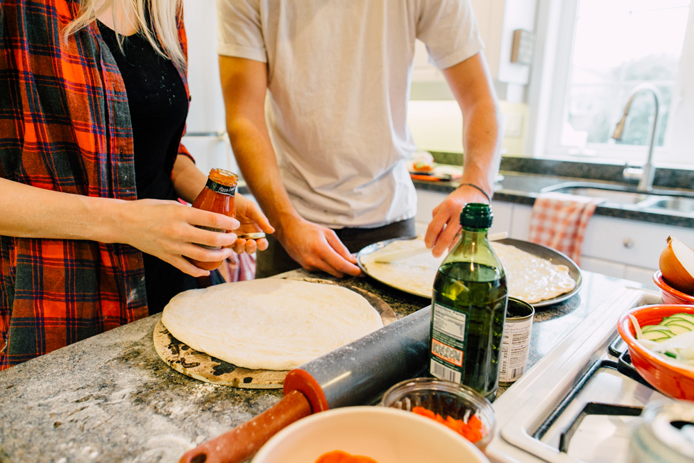 012-bellingham-lifestyle-photographer-katheryn-moran-pizza-baking-home-session-anna-rudy.jpg