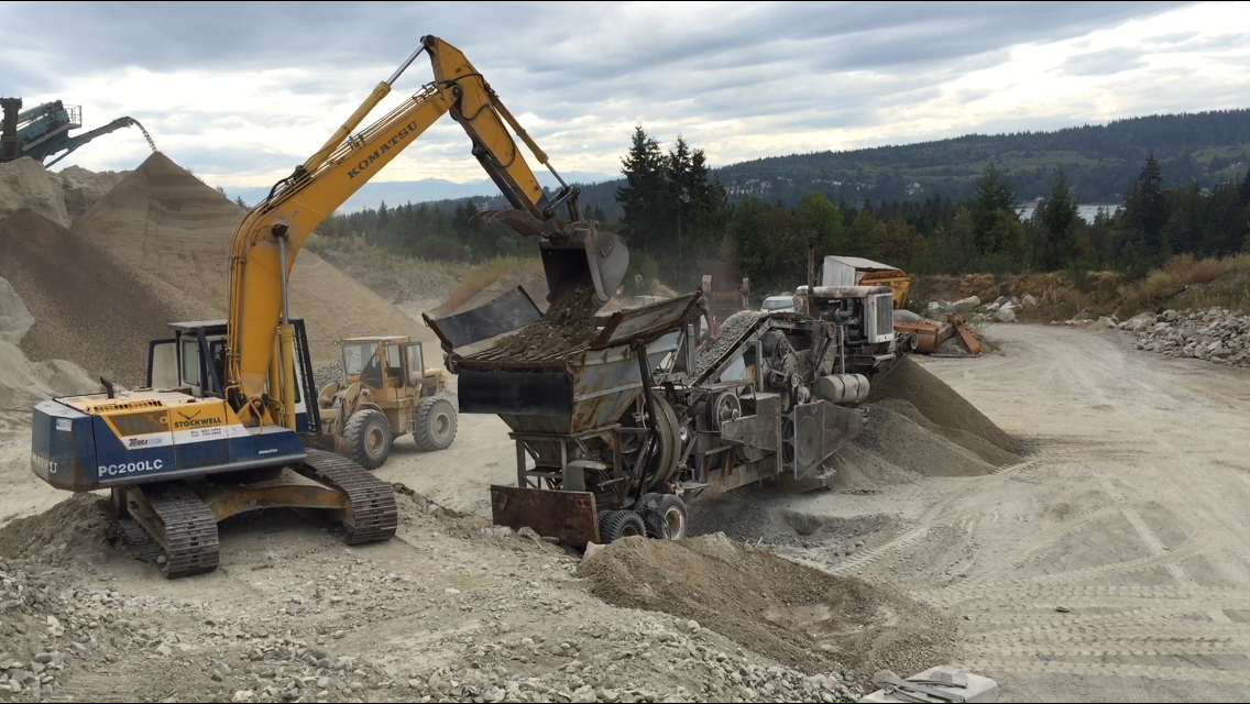 Processing rock to 25mm road mulch. Screen plant in the background.