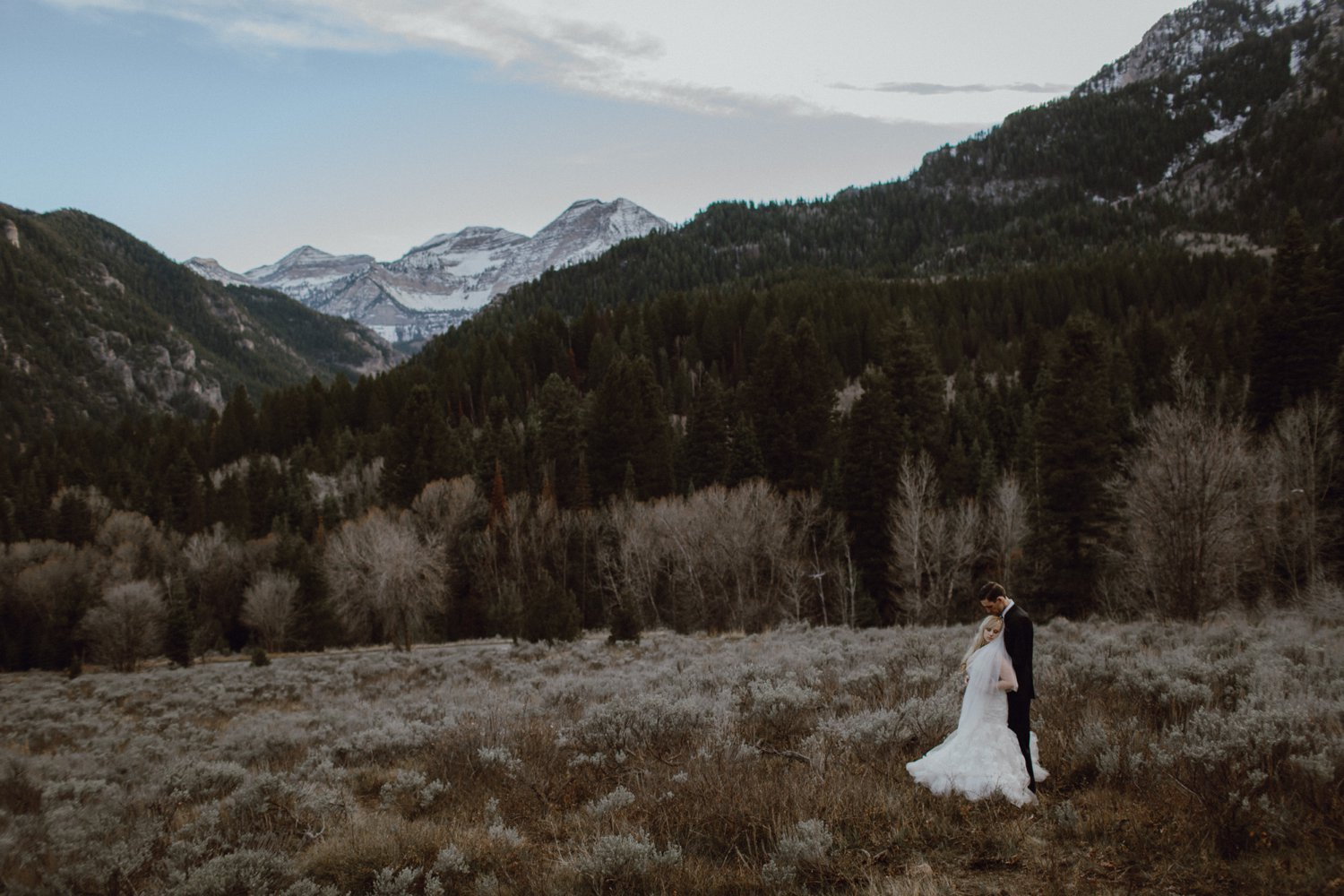 Adventurous wedding photography in a canyon