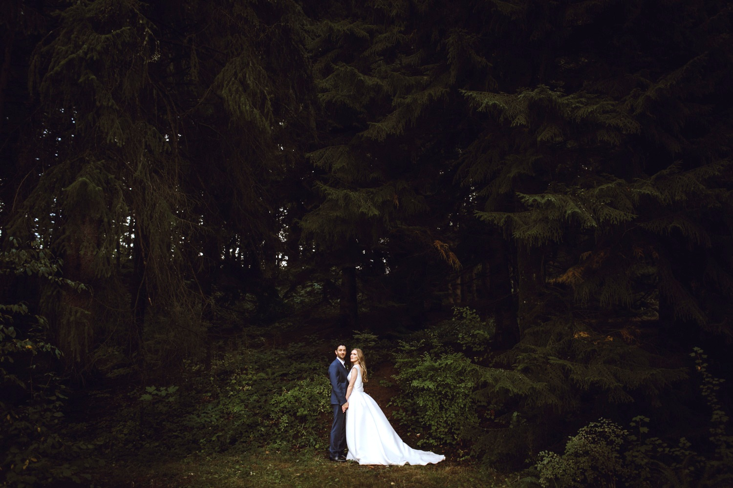 Portland, oregon - Downtown cityscapes, deep forests, and all the food you can eat - with a ton of amazing spots for a Portland elopement.