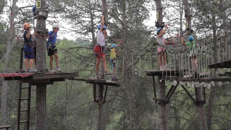 """Per als més aventurers (6 a 16 anys): - Campament internacional, Camp Rialp (Andorra) amb o sense classes d'anglès, combinat amb """"camps"""" d'esports clàssics o d'esports d'aventura."""