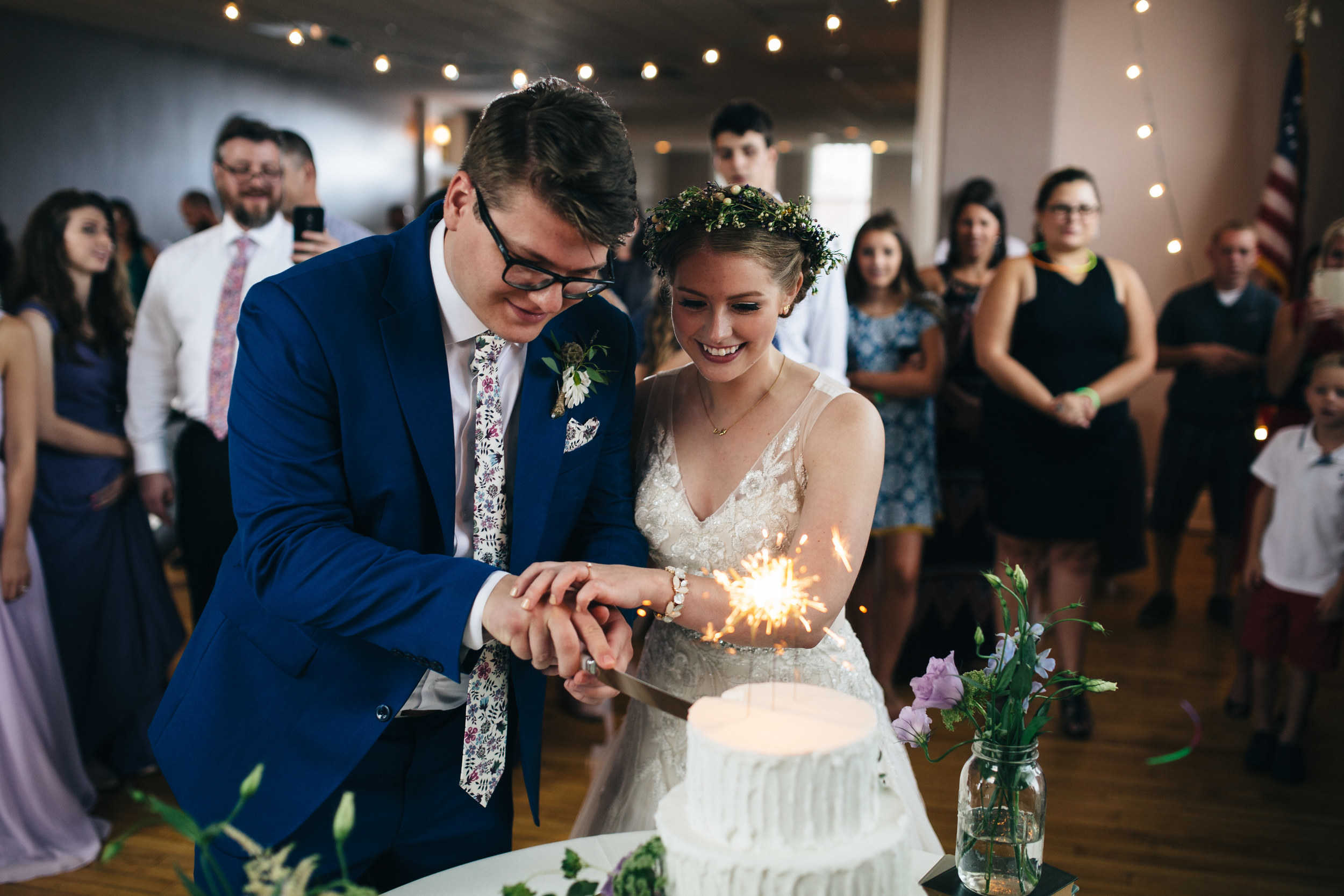 Bride_and_Groom_Cute_the_Cake
