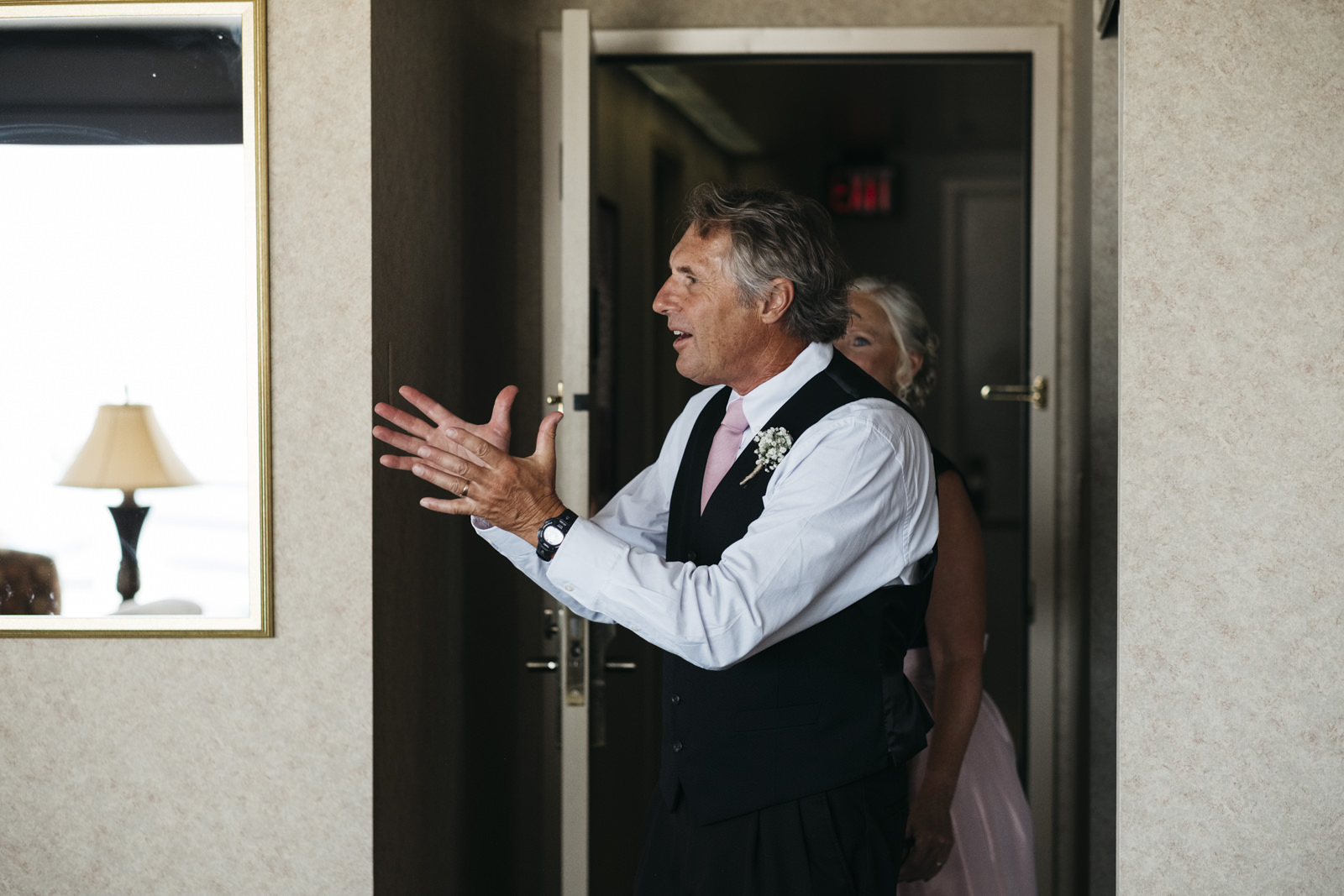 Dad sees daughter for the first time on her wedding day.