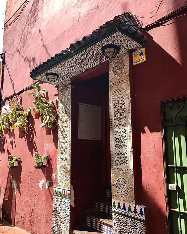 "This is either ""la hermosa entrada"" to someone's home or the back exit of a tapas restaurant on the corner. Equal possibility, but Andalucía is very photogenic nonetheless."