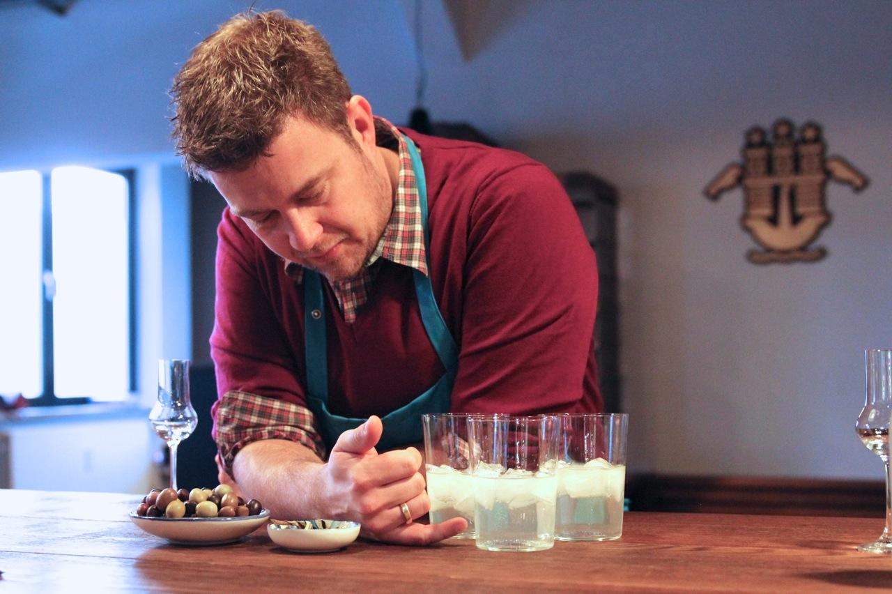 """GINSUL - In einer ehemaligen Tischlerei füllt Stephan seine Liebe für Portugal in Flaschen ab: """"Gin Sul"""" ist der erste in Hamburg produzierte Wacholder-Schnaps – Saudade für's Glas"""