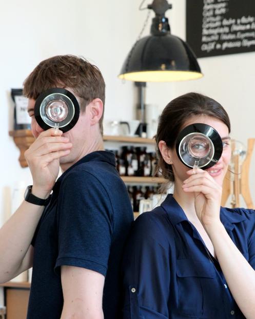 LESS POLITICAL - Filine und Mika sind die Künstler der Third Wave-Kaffeekultur in Hamburg. Sie bereiten ihre Kaffees zwar sehr sorgsam zu, aber nicht dogmatisch. Und ihr Café verstehen sie eher – als ein Projekt
