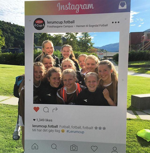 Har du sett våre Instagram rammer rundt om på cupområdet? 😁👆 Jenter 13 frå Fagernes har allereie testa dei 👏 Bruk hashtagen #lerumcup og vinn ei signert Sogndal heimedrakt! 👌😁