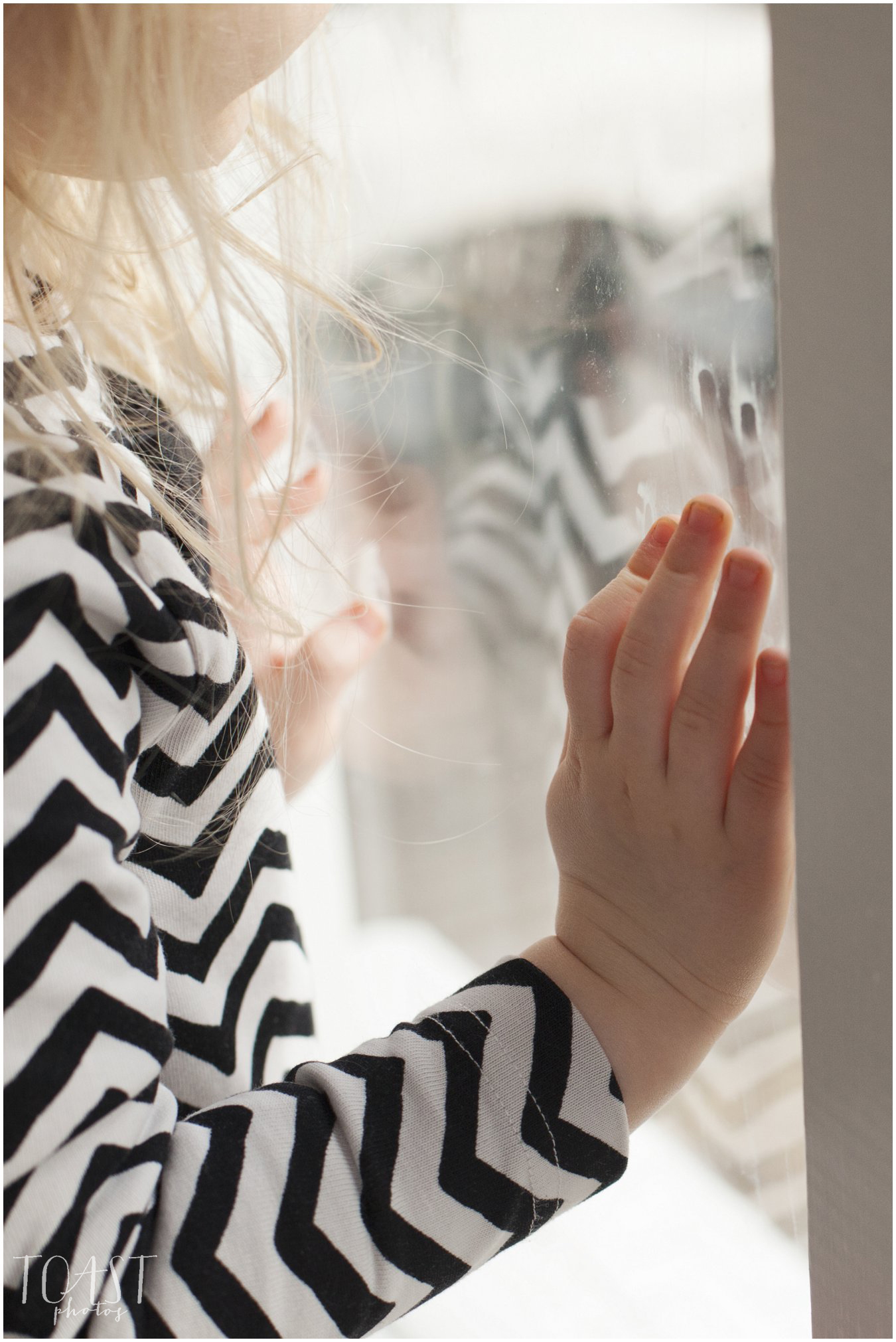 Sormenjäljet-ikkunassa-ja-hiekkaa-kynsien-alla