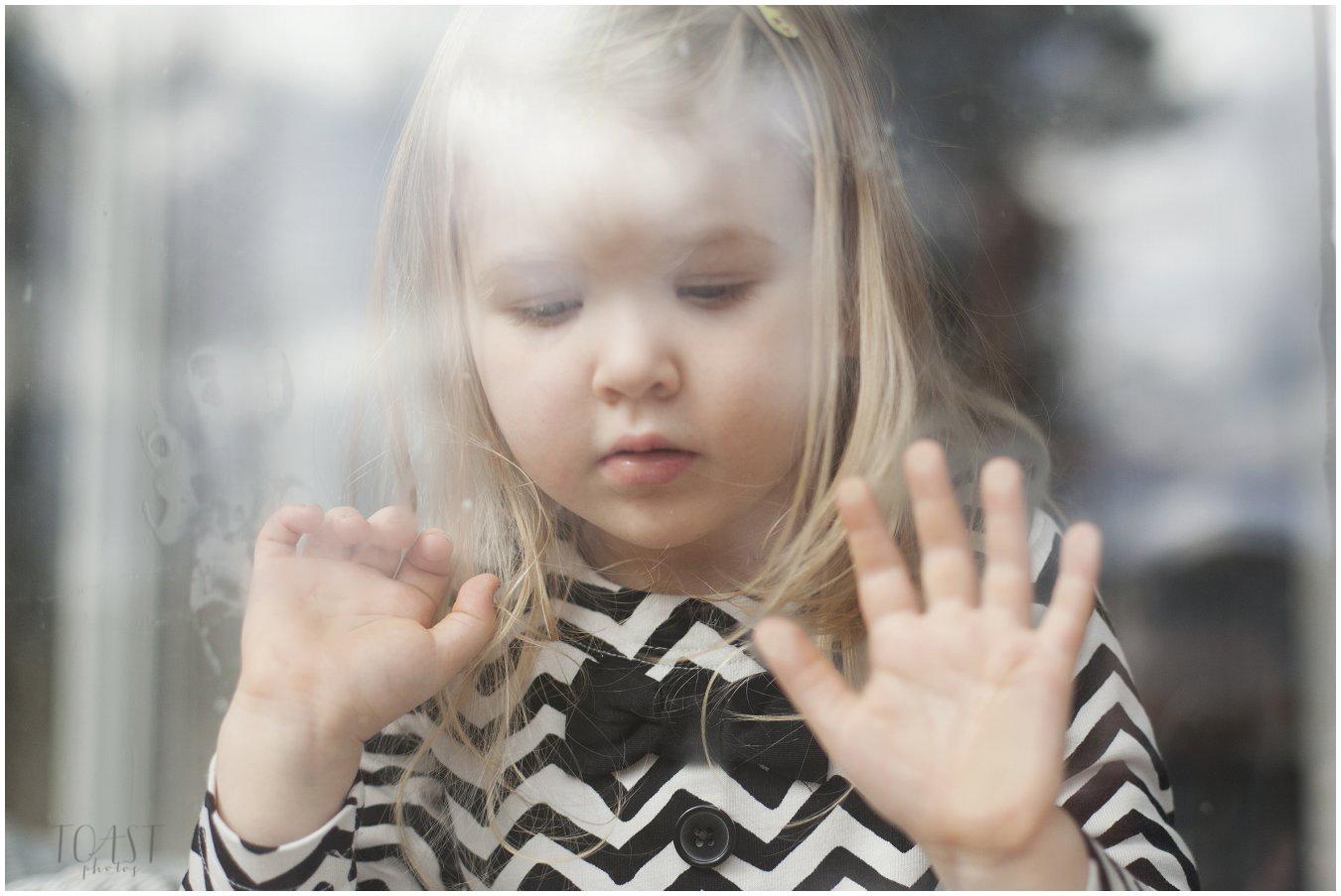 Ikkunan-koputtelua-lapsikuvauksen-aikana