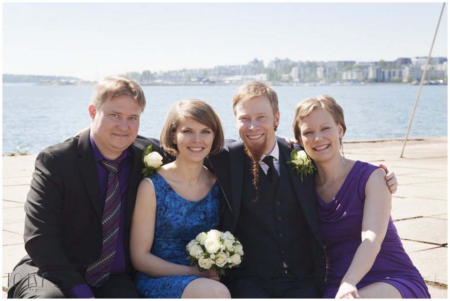 Morsiuspari-kaason-ja-bestmanin-kanssa-Lauttasaaren-sillalla