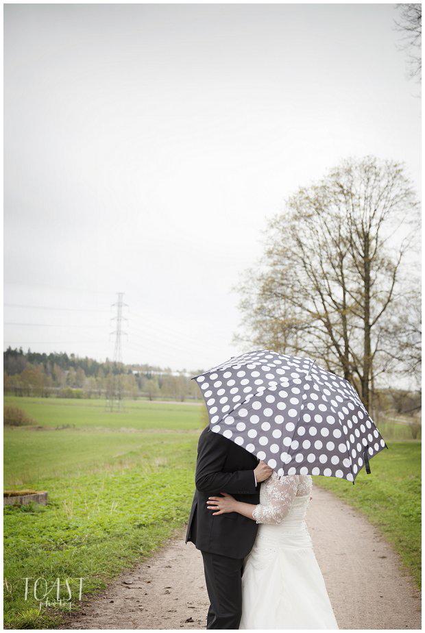 Suudelma-sateenvarjon-alla-hääpotretit-Uusimaa
