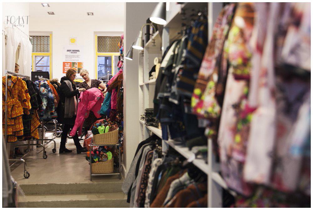 Heidi-esittelee-talvipukuja-myymälässä