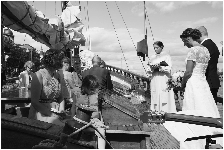 Vihkitilaisuus-veneessä