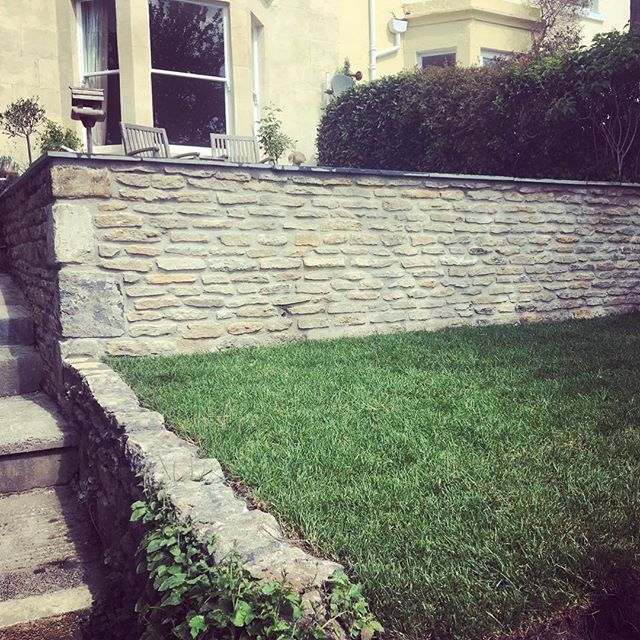 Another small project recently completed. Bath stone walling with black slate paving. This is the third terrace we've put into this garden. #bathstone #slate @nustone_uk #landscaper #bath