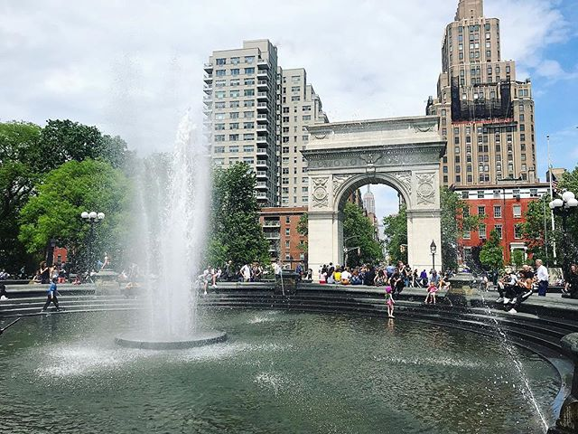 There's nothing like summer in the city 🎶 Happy #summersolstice! #firstdayofsummer #summer #nyc #hamilton #washingtonsquarepark #fountain #events #longestdayoftheyear
