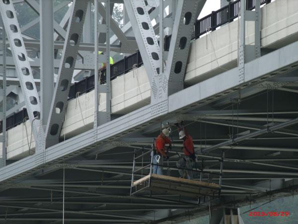 close-up-of-guys-in-bskt-under-bridge.jpg