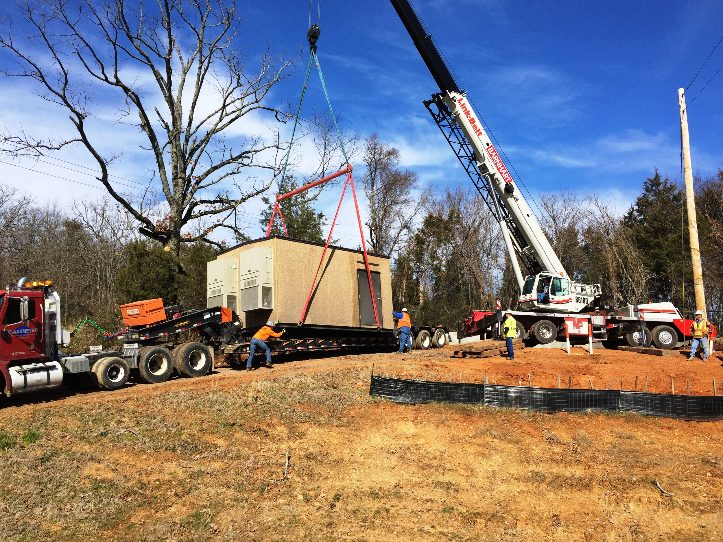 KCCI crews installing building for a Ritter Telephone regeneration site in Conway, Arkansas.
