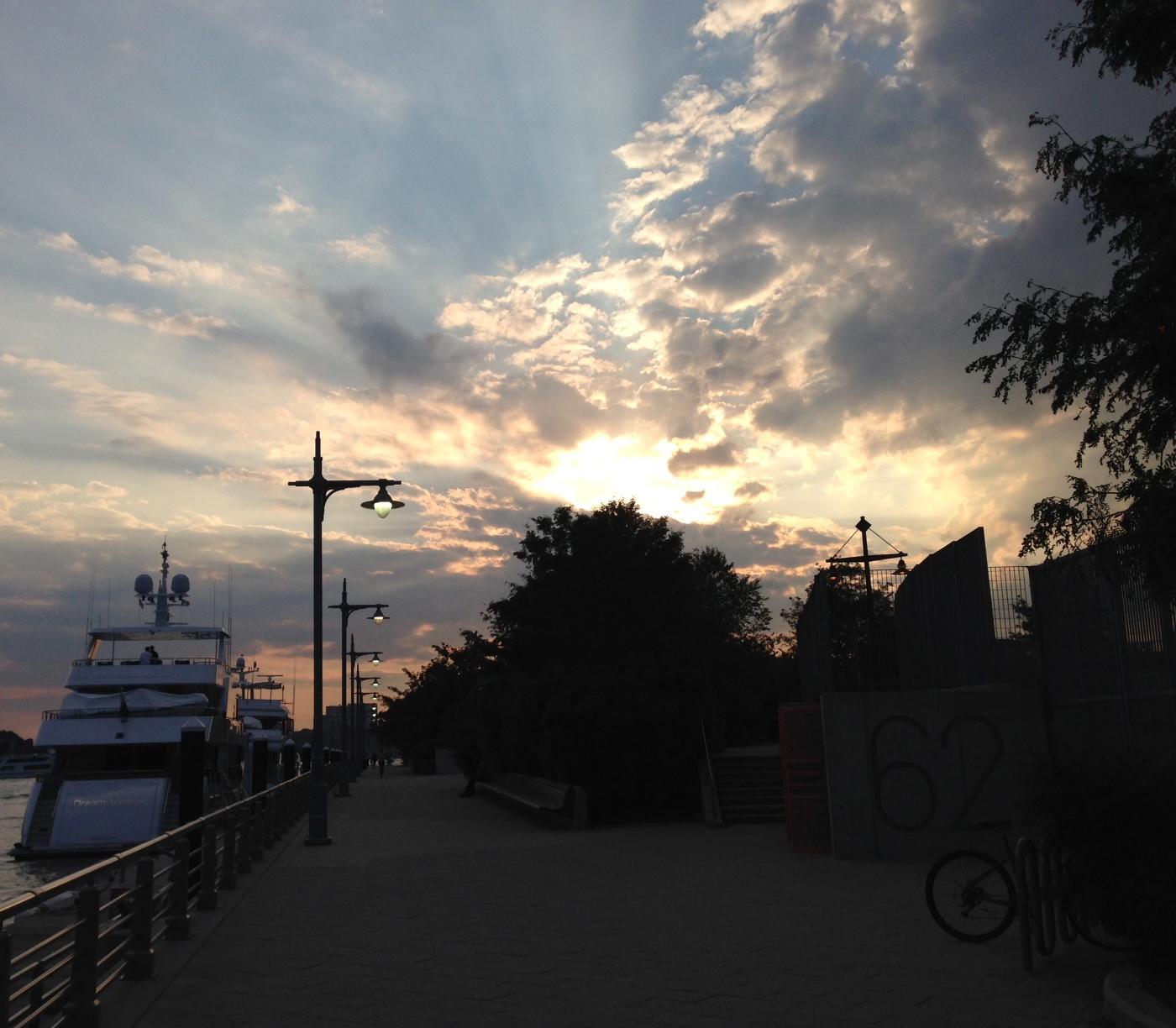 Yes, we like sunsets, okay? And this one is so damn summery we had to publish.