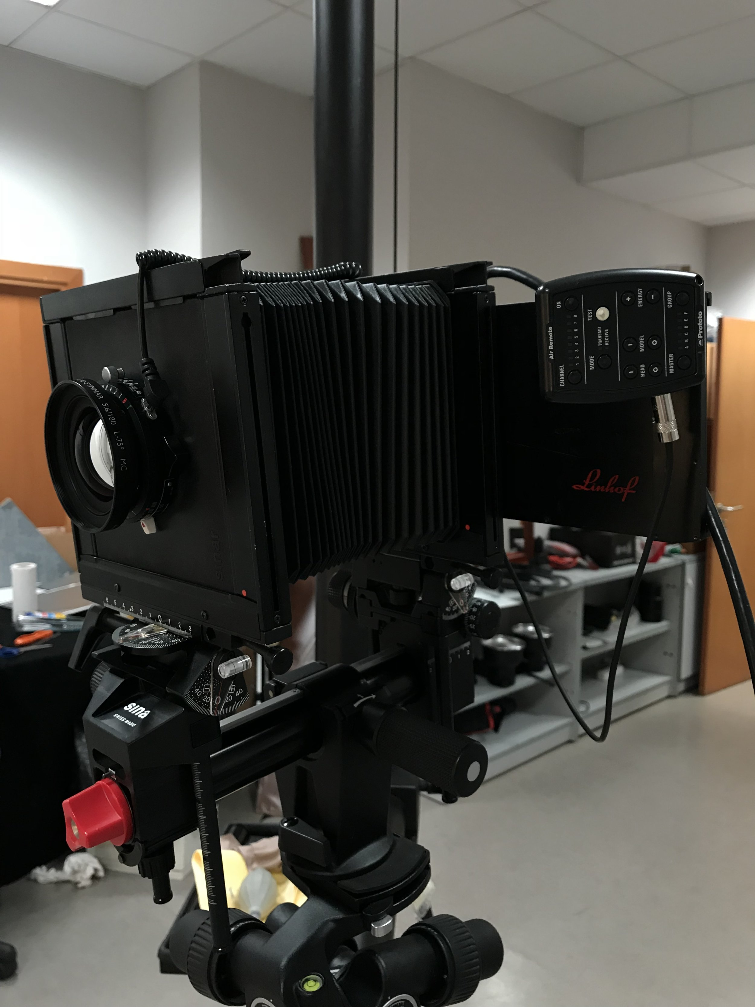 Un teleobjetivo de 180mm es una buena opción. Sin movimientos de cámara y f11.