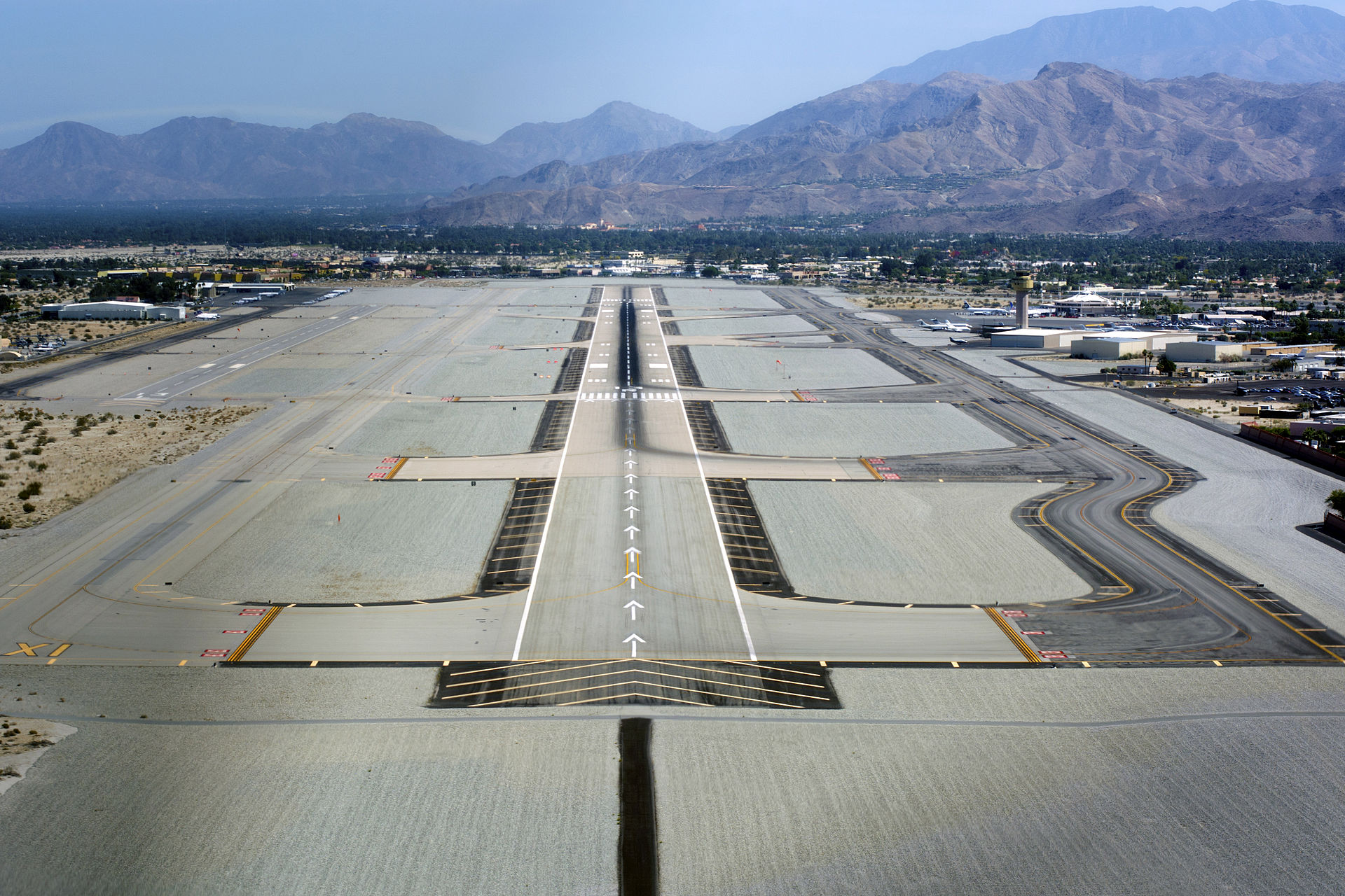 Palm_Springs_International_Airport_photo_D_Ramey_Logan.jpg