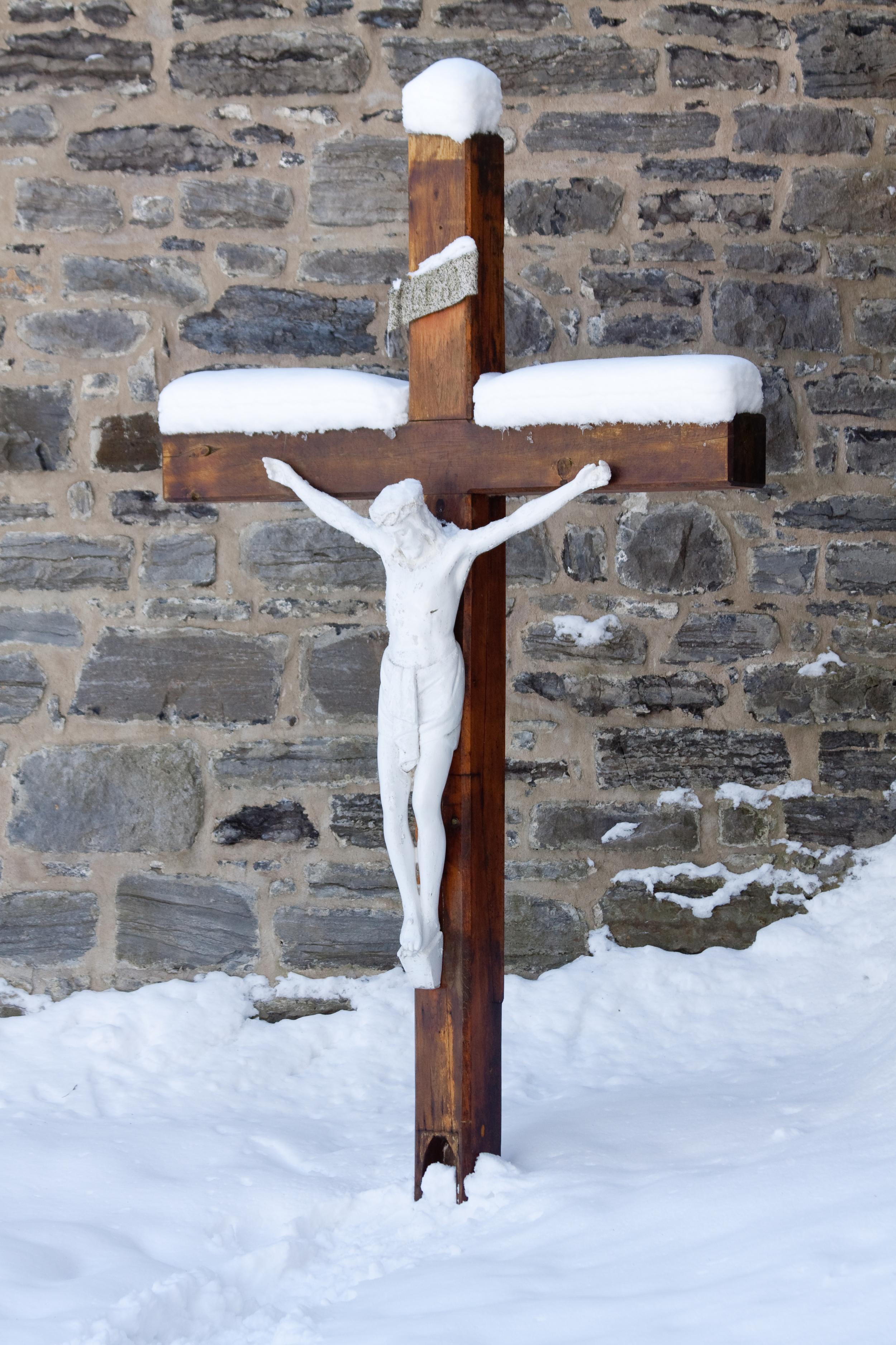 Croix de la cour principale