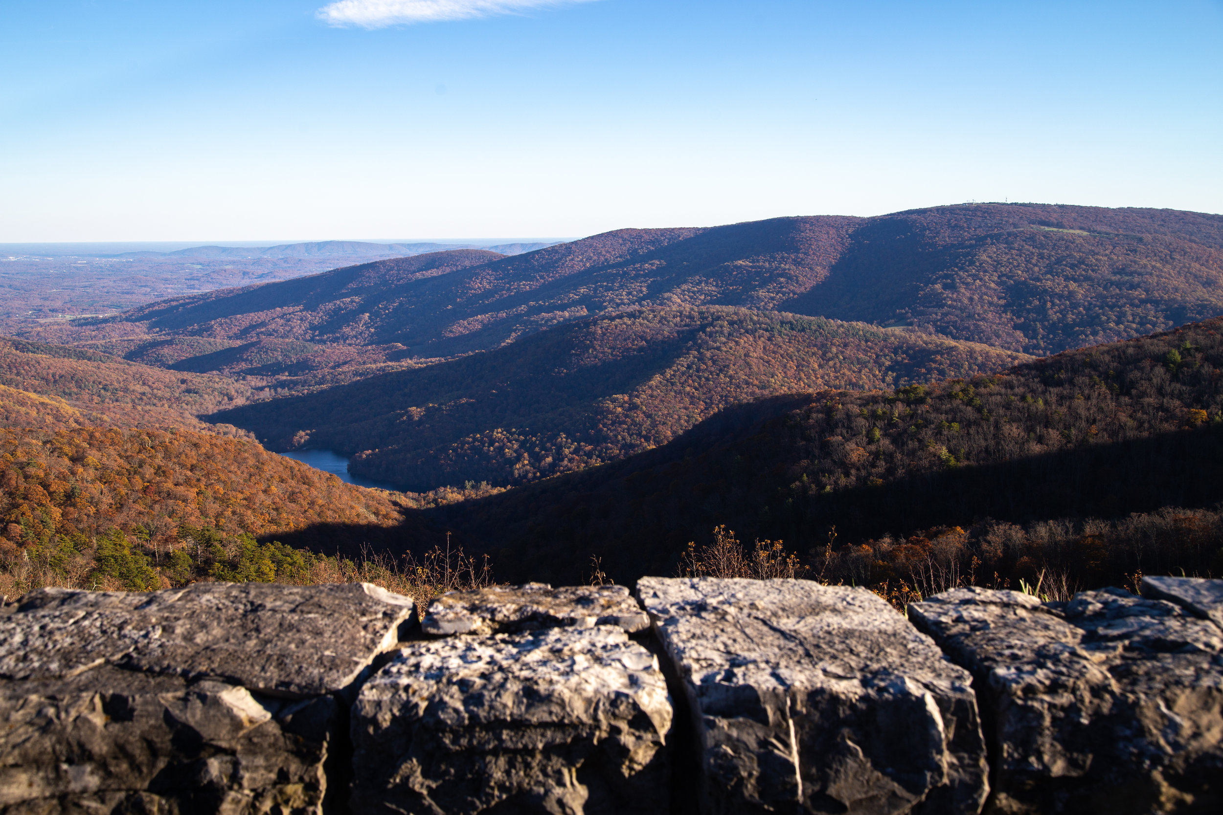 Shenandoah-National-Park-blue-ridge-parkway-day-mountains-afternoon-haze-layers-distance-texture-trees-fall-rock-ledge-shadows