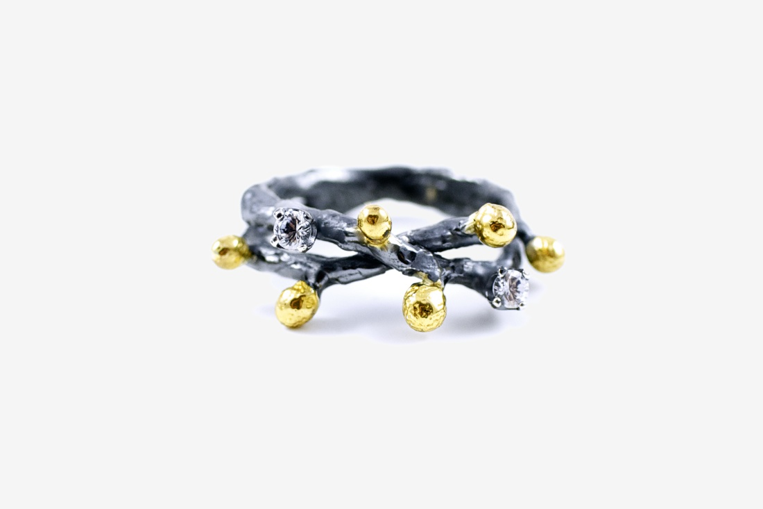 Double band set with two white Sapphires and Gold detailing