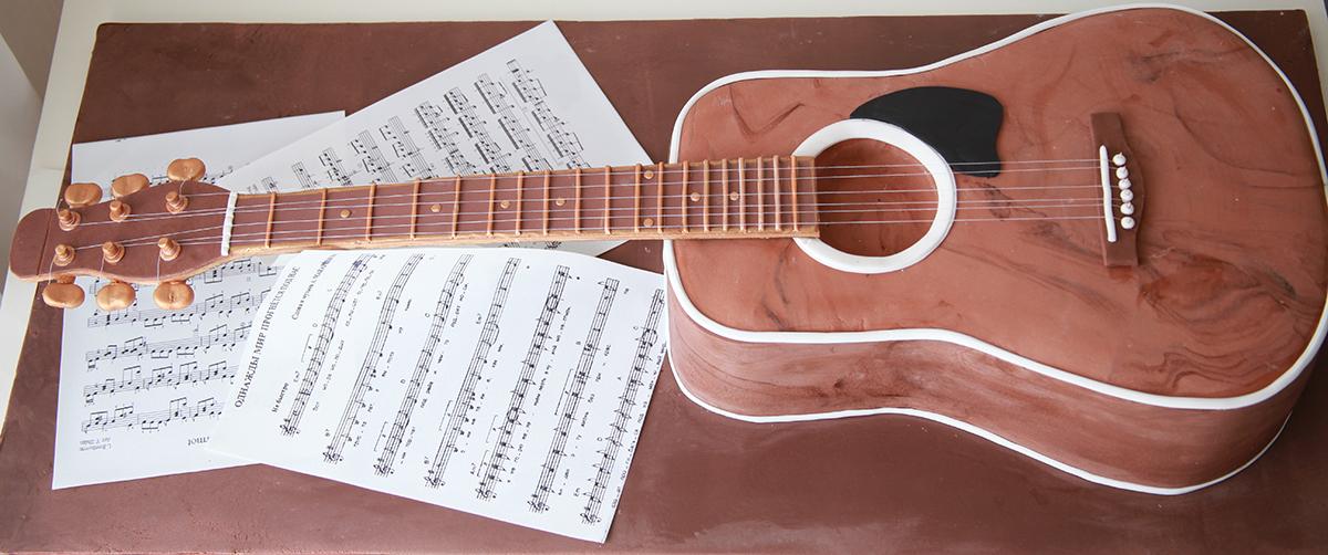 Торт для мальчика в форме гитары