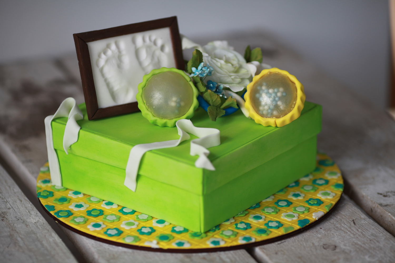 Зеленый торт на 1 годик с погремушкой и отпечатком ножек