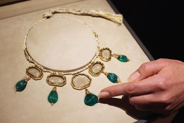 A Mughal masterpiece. The necklace features five pendant diamonds (Origin: Golconda mines, India) with emerald drops. The central stone weighs 28 cts. and is the largest table-cut diamond known. The five surrounding stones—weighing 96 cts. collectively—comprise the largest known Matching set of table-cut diamonds from the 17th century. It is believed that the jewel once belonged to a Mughal emperor.