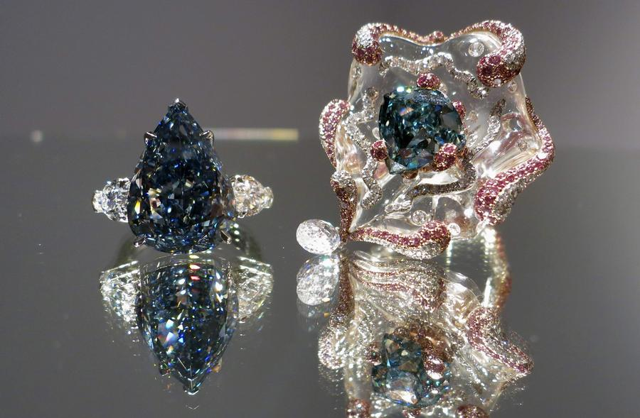 """""""The Blue"""" diamond (L) and """"The Ocean Dream"""" diamond (R) pictured at Christie's Auction House in New York, April 11, 2014. Christie's New York is displaying the largest flawless fancy vivid blue diamond ever to appear at auction. [Image: Christie's / Agencies]"""