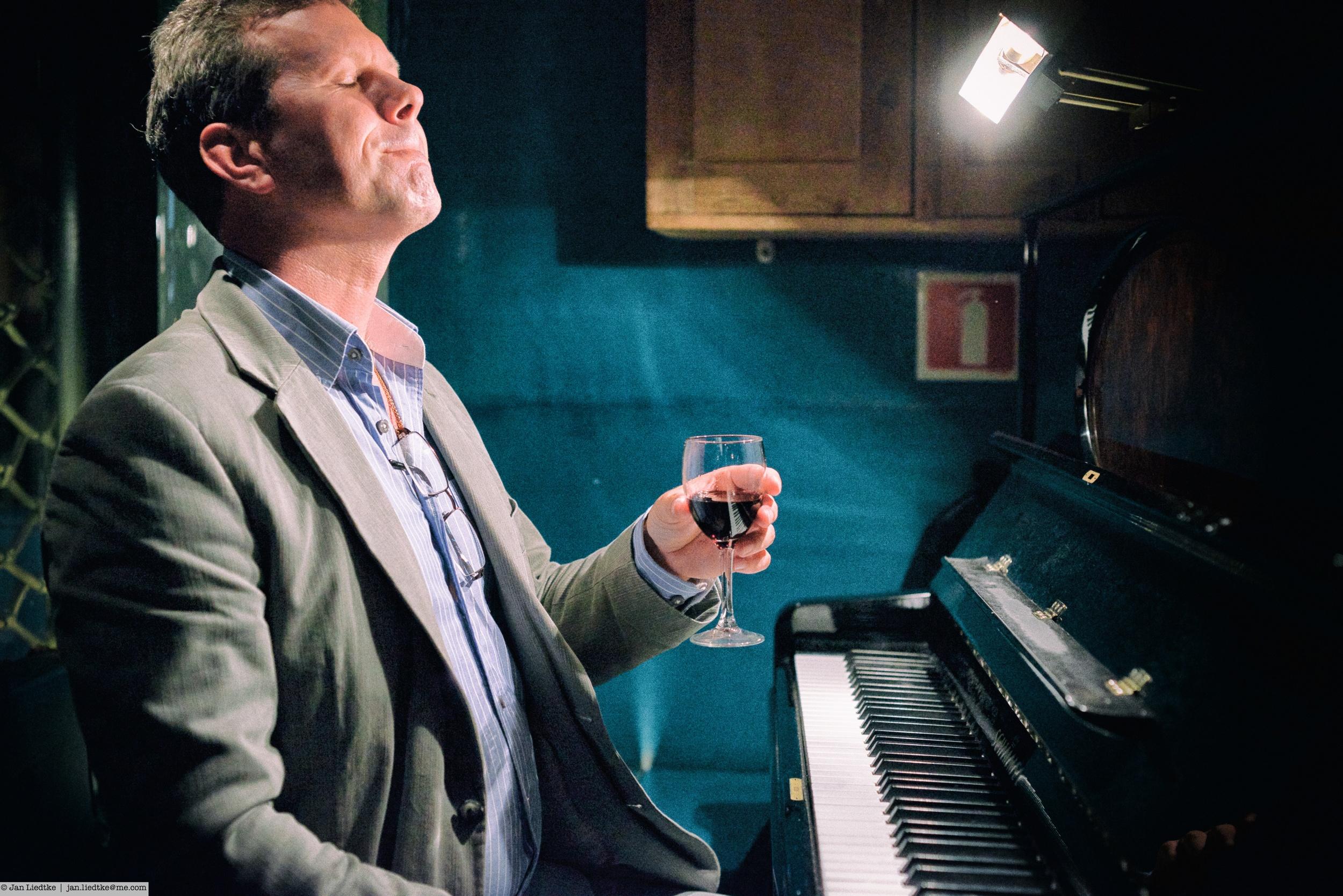 Pianist Patrik Johanson enjoys himself, the singers and the audience...