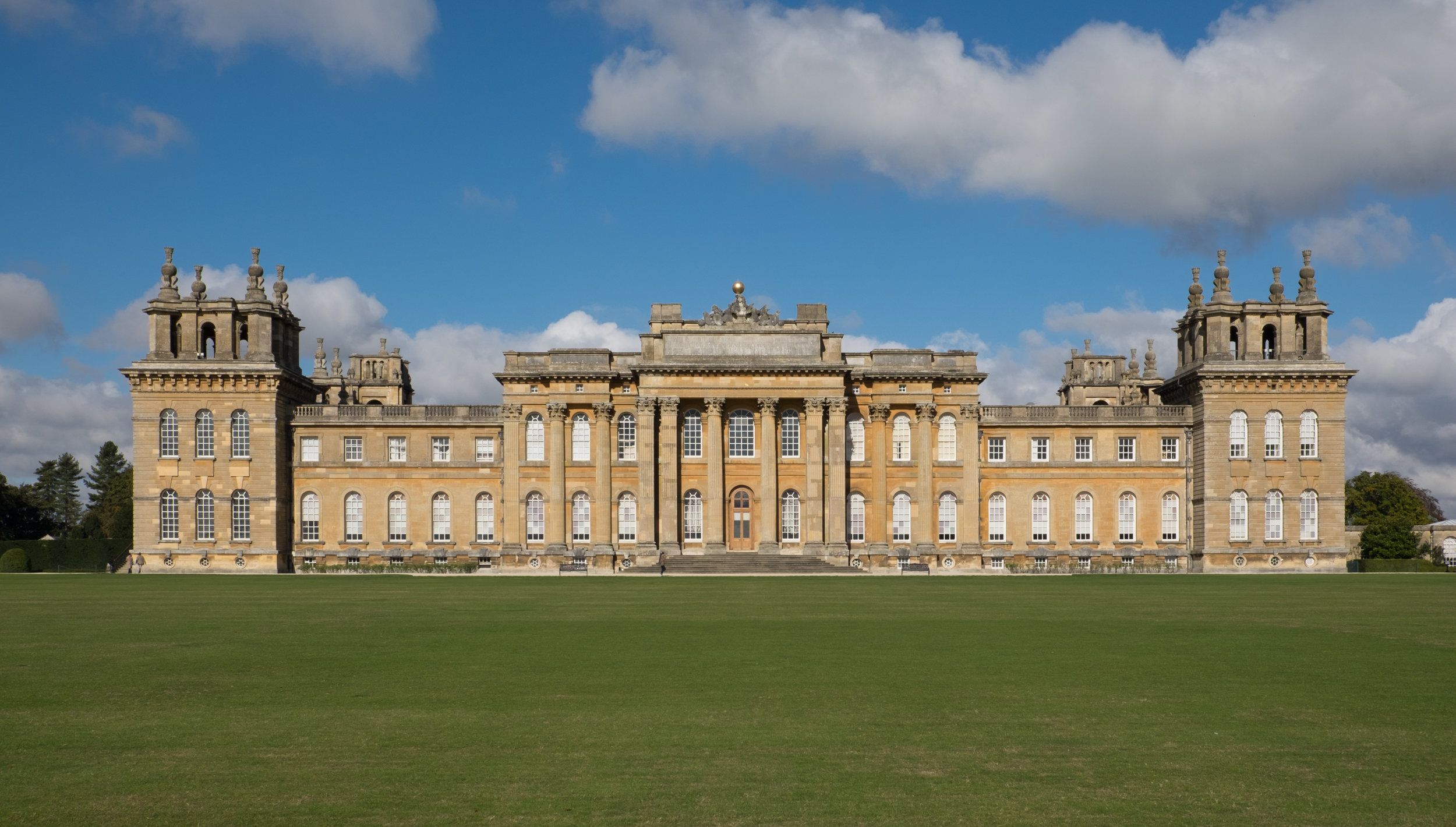 Blenheim_Palace_facade_October_2016.jpg