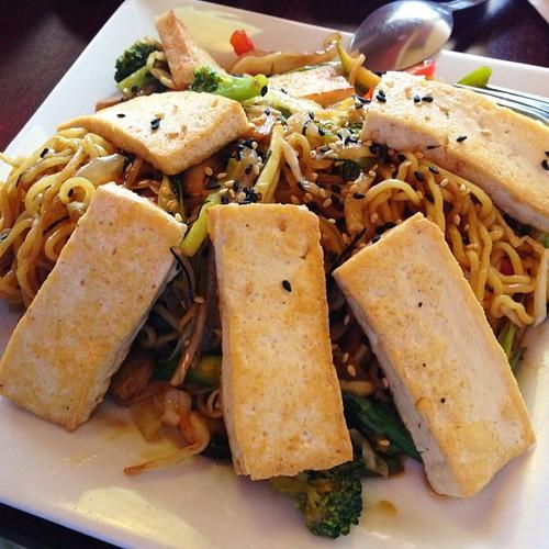 yakisoba-with-tofu-sushi-lolas.jpg