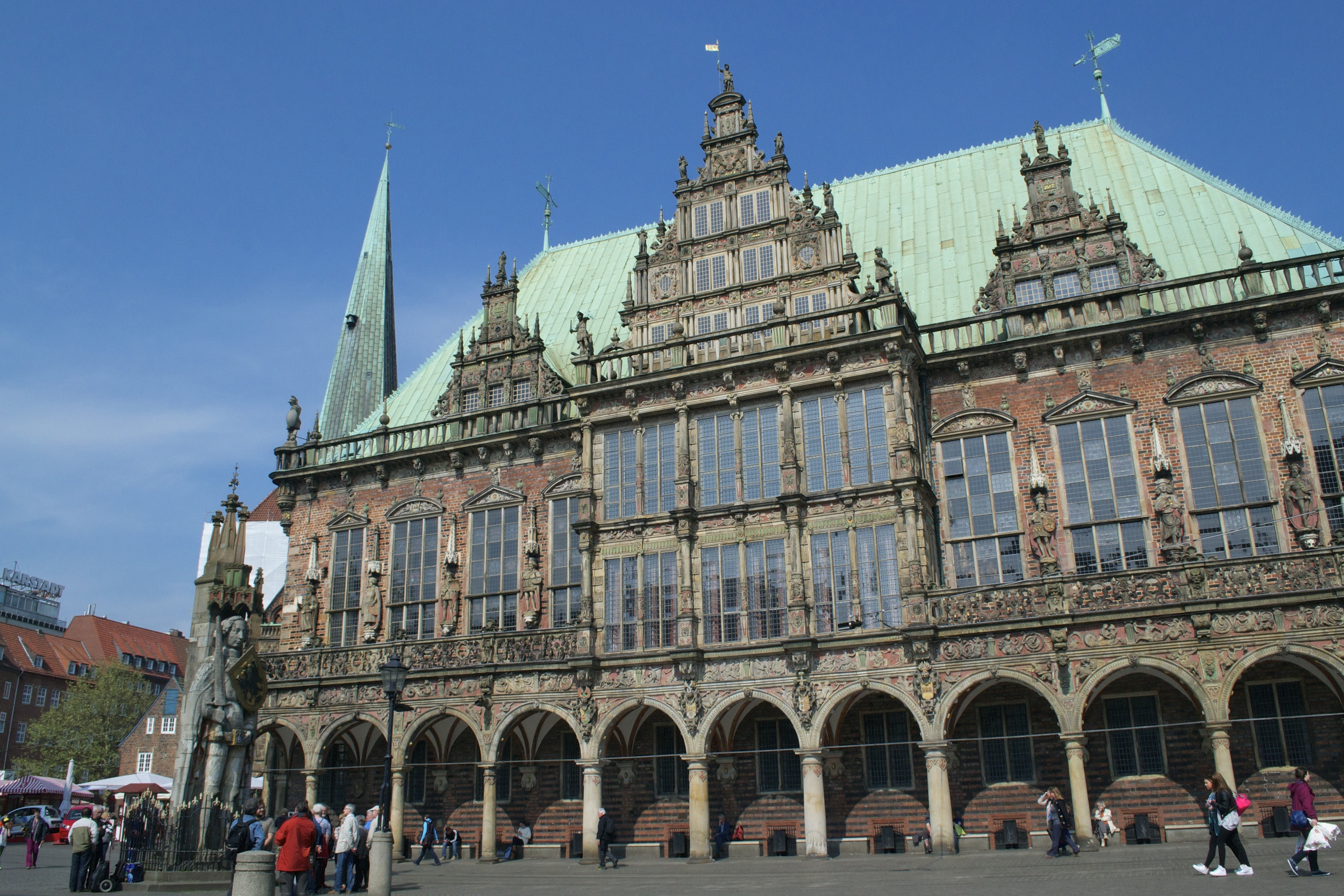 The Bremer Rathaus, with the Roland statue in front of it.