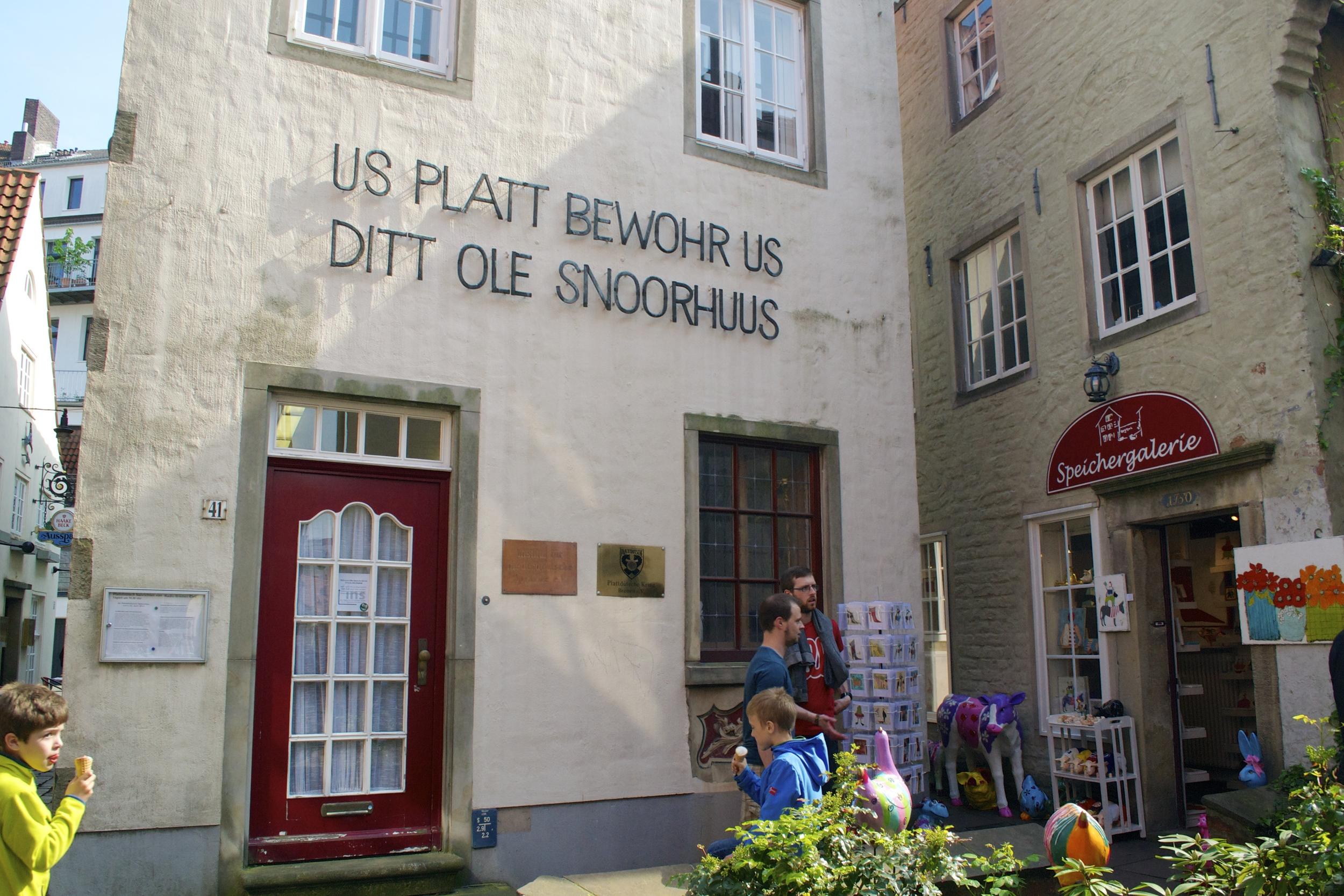 """An example of Plattdeutsch from the Schnoorviertel """"Unseres Platt bewahrt uns -- Das alte Schnoorhaus"""" or """"Our dialect preserves us -- the Old Schnoorhaus"""")"""