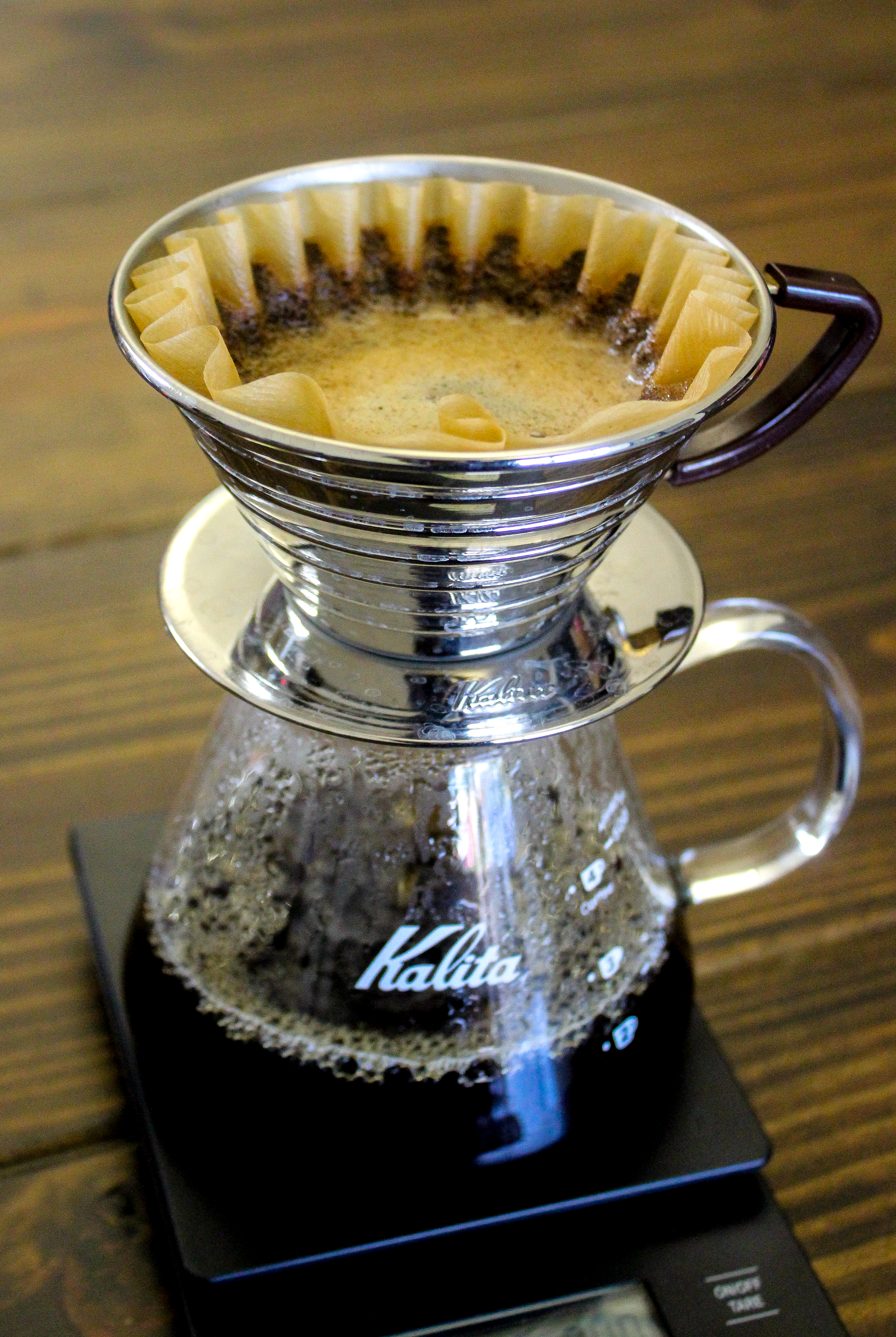 5. Continue to pour until the scale reads 340 g. Pour slowly circling out from the center of the coffee bed. Avoid the sides so that you do not pour directly on the filter. The entire brewing process should take about 2.5 to 3.5 minutes.