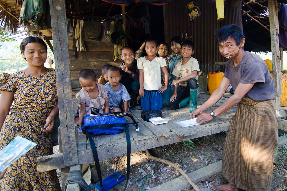 5 Vater hilft beim Ausdruck mit - Myanmar 2011.jpg