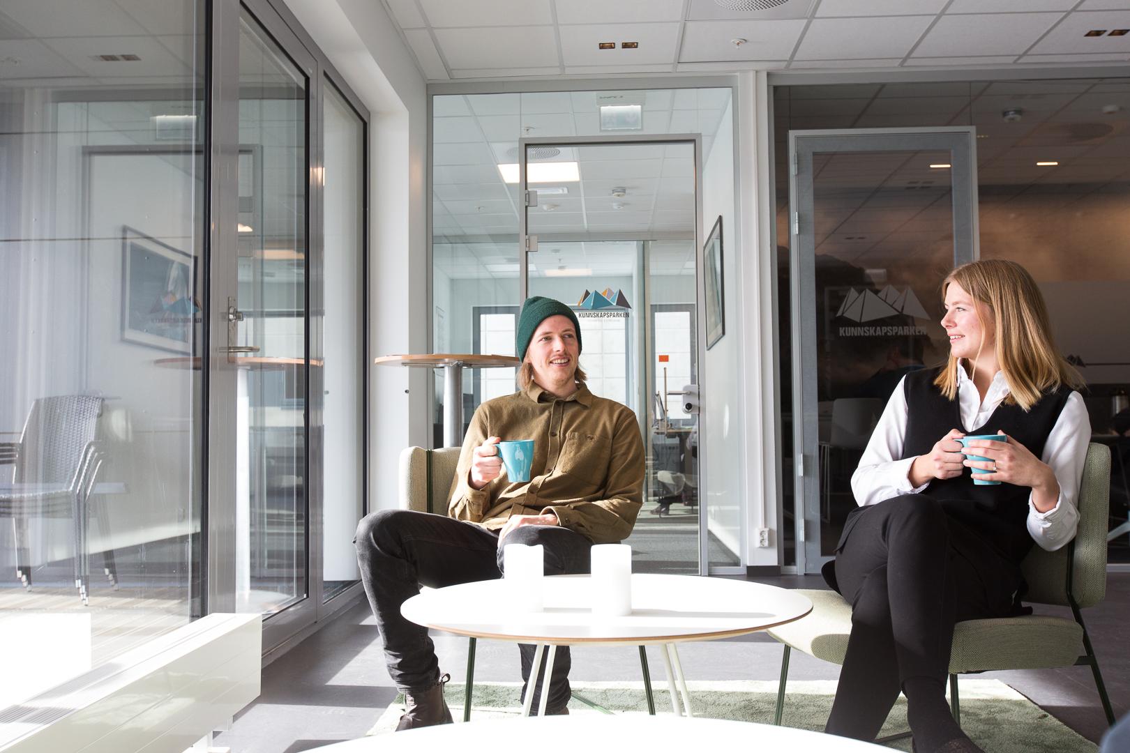 Kaffibar - Saman kaffibar ligg vegg i vegg med gründerlokalet FuS. Saman kaffibar serverer enkle lunsjmåltider og fantastisk kaffe. Dei to baristane i kaffibaren er svært interesserte og dyktige i faget sittFuS kan bruke kaffibaren til å ete, drikke, arbeide eller netverke. Du treng ikkje vere medlem av FUS for å bruke kaffibaren – den er open for alle!