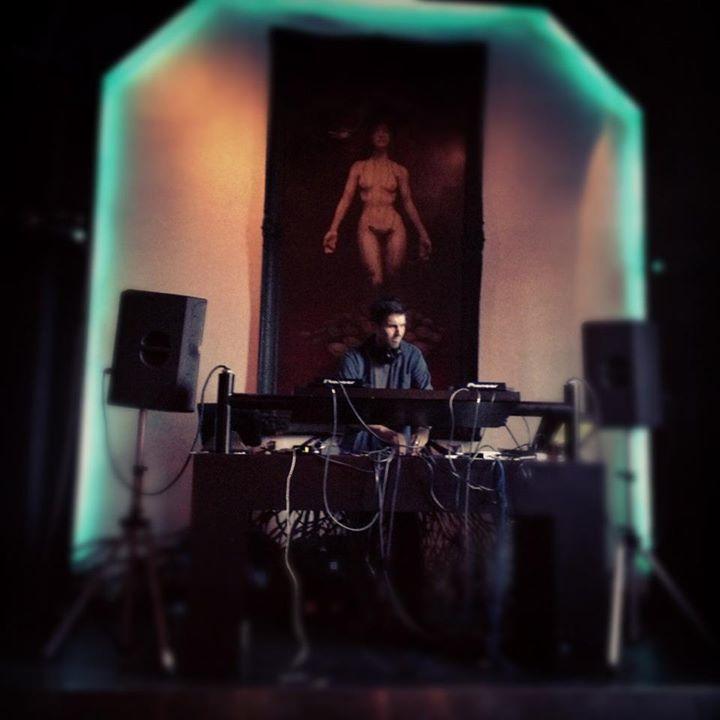 Qoöl resident DJ Dan Sherman, massaging your ears at Qoöl.