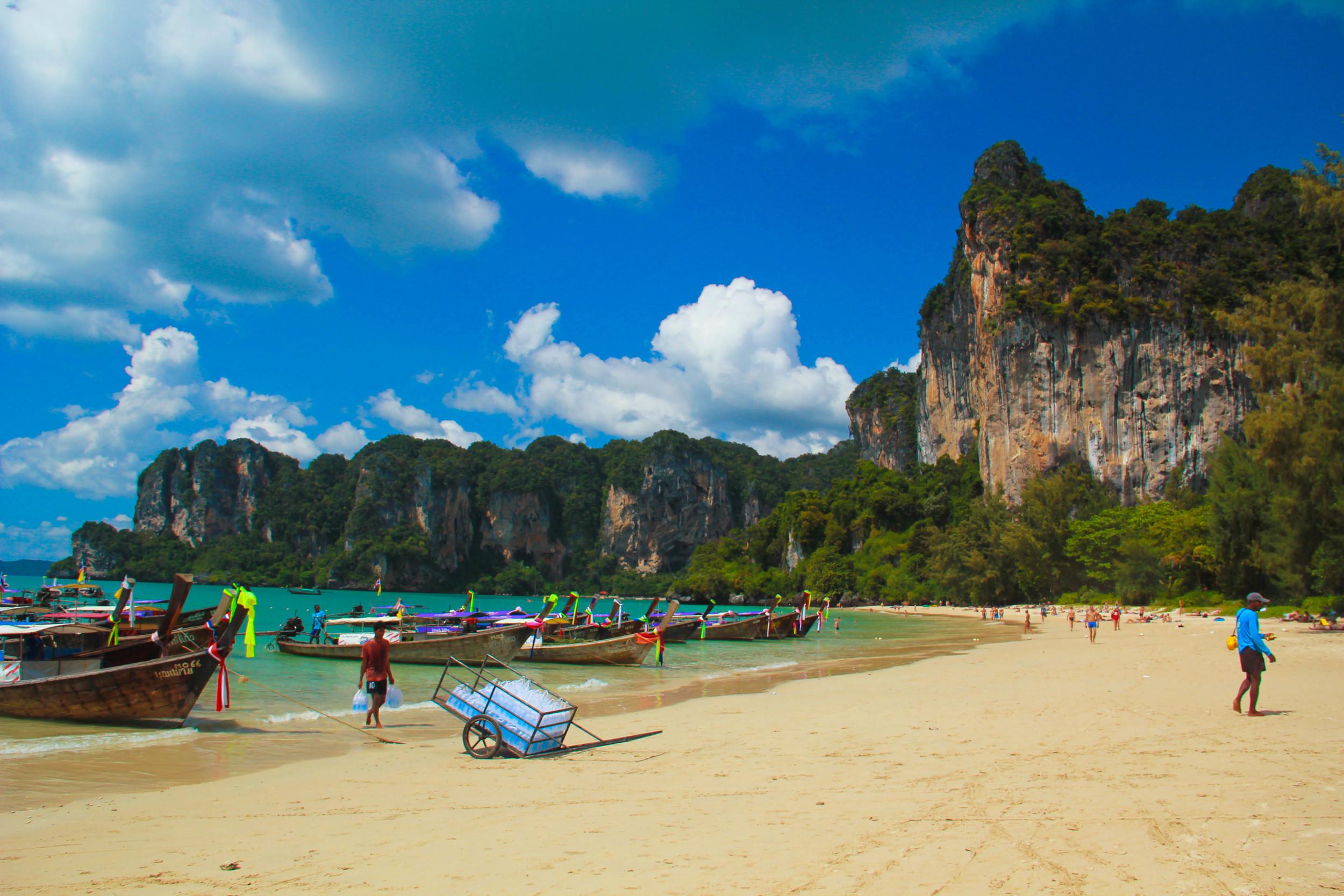 alue-optics-cheetah-boats-beach.jpg