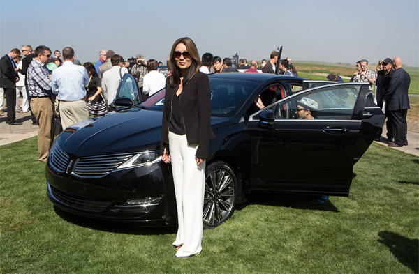 "Janet Seymour frente al Lincoln MKZ ""Center Stage"". Foto: Erika Blanco"
