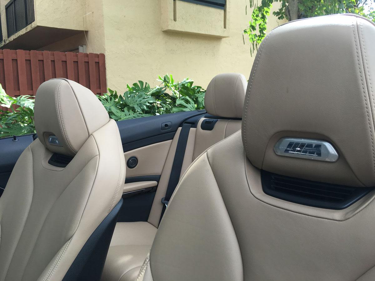 El 'badge' en los asientos se ilumina cuando se abren las puertas del auto
