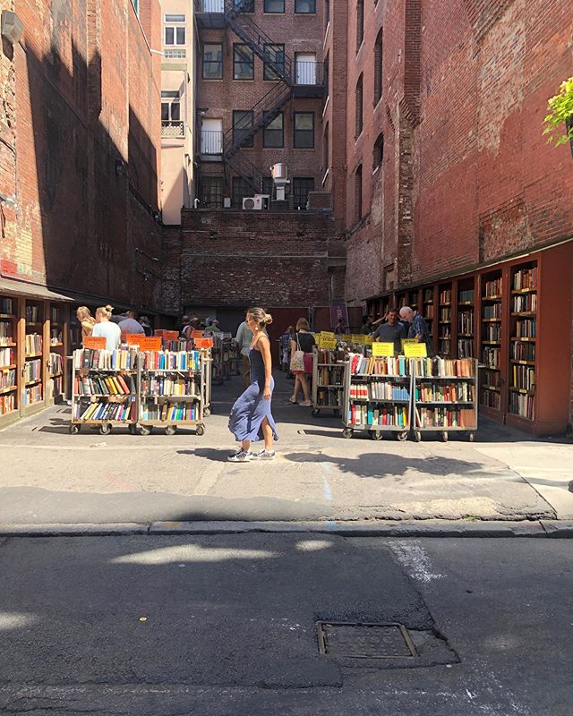 Outdoor bookstores occupying interstitial spaces 💯 📚