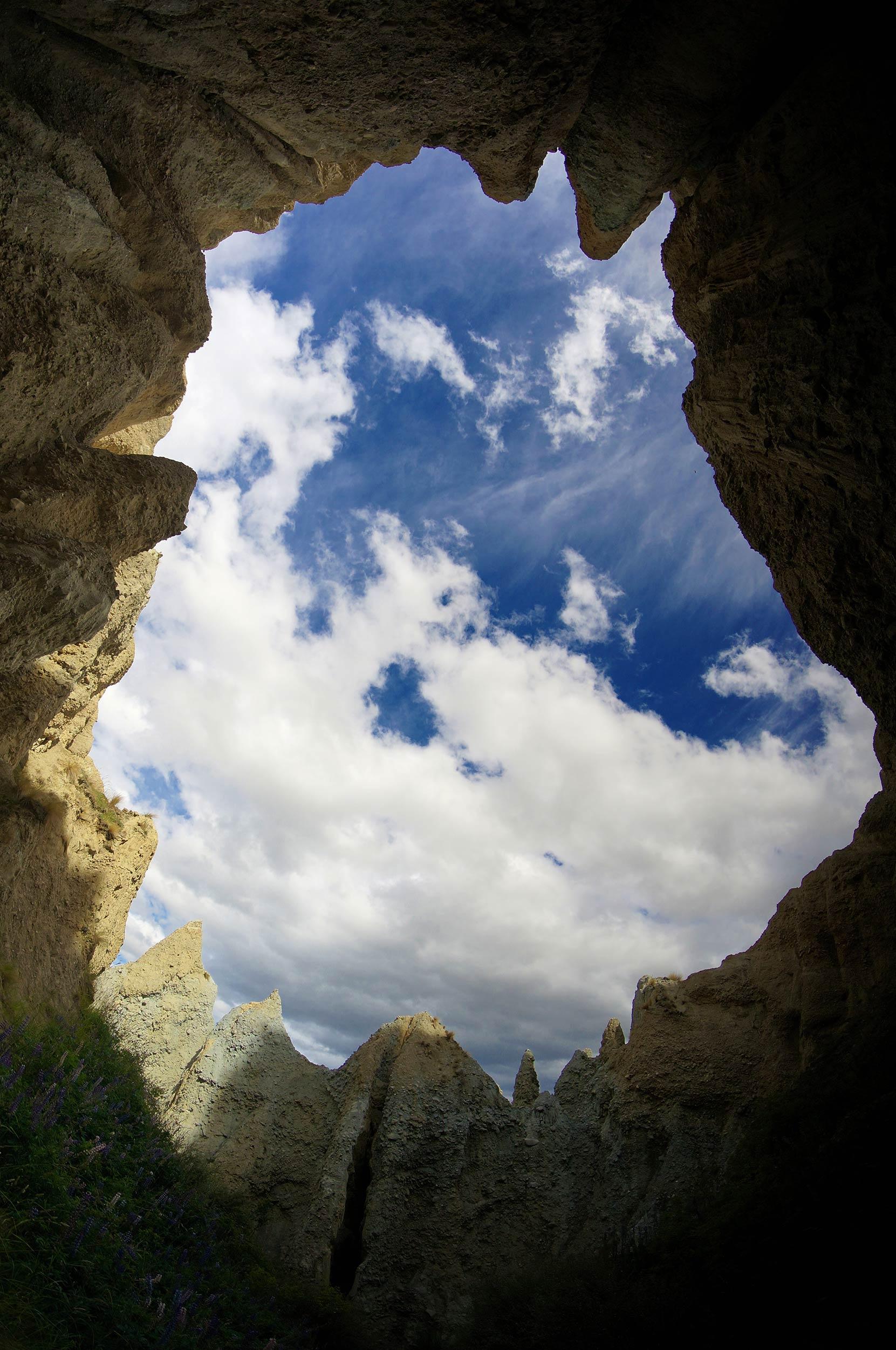 omarama_clay_cliffs_sky_above_pinacles.jpg