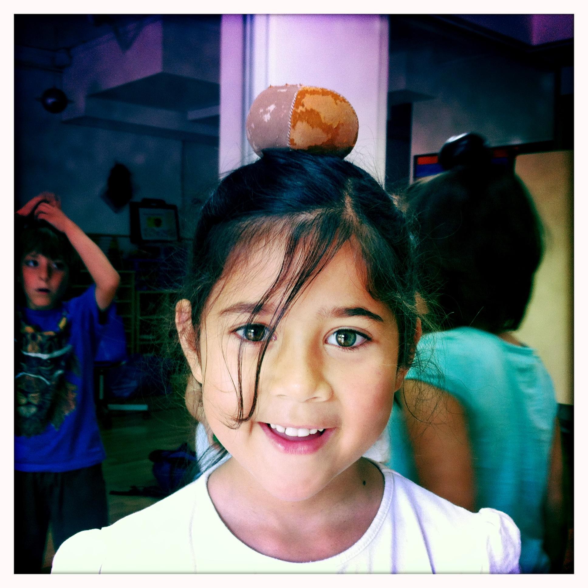 La Eimi amb una bola de pell fent equilibris!
