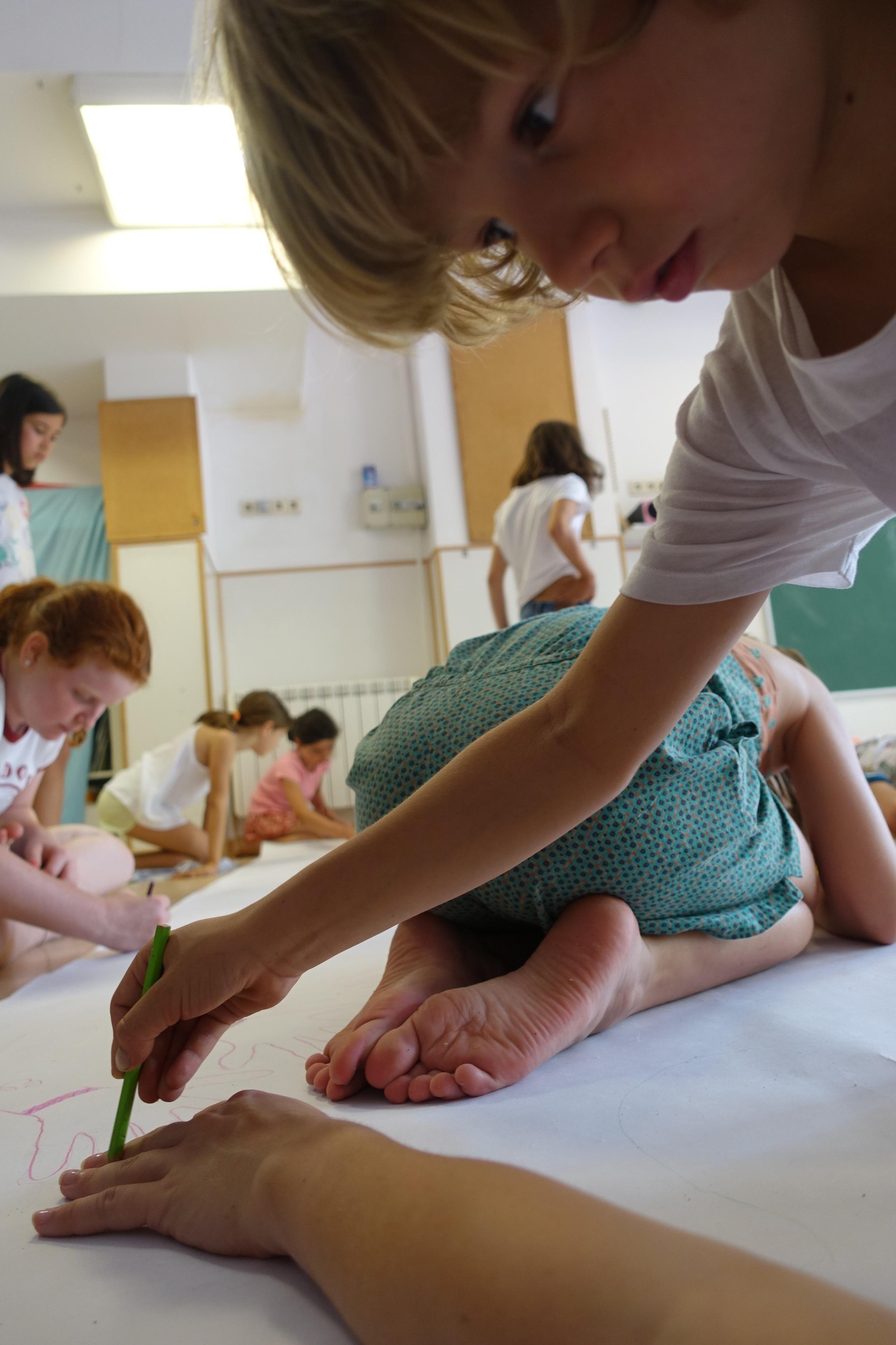 El Lluch dibuixant la mà de l'Elena!